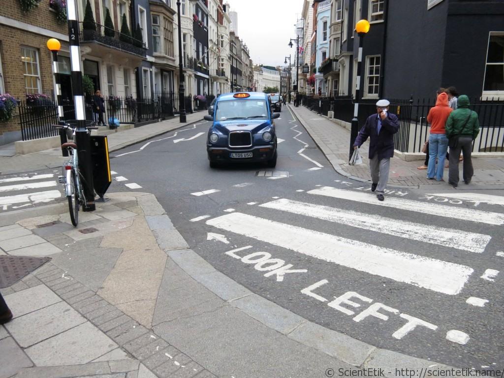 надписи на дороге в Лондоне
